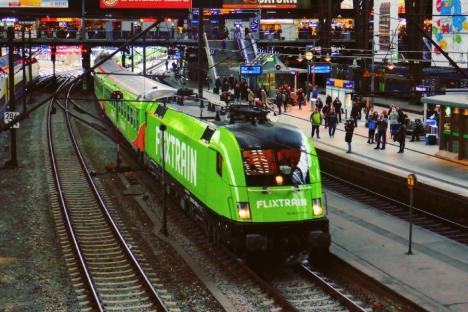 Flixtrain im Hamburger Hauptbahnhof. Flixmobility, das Unternehmen hinter Flixtrain und Flixbus rechnet mit weiterem Wachstum auf der Schiene. Foto: Flixmobilty